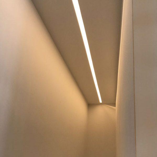 Taglio di luce ad incasso nel controsoffitto cartongesso EL112